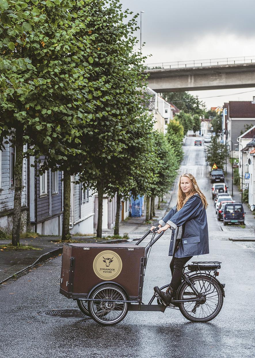 Lise Brunborg leverer varer hele året med sykkel, her i Jammerdalen (Pedersgata). Foto: Tommy Ellingsen.