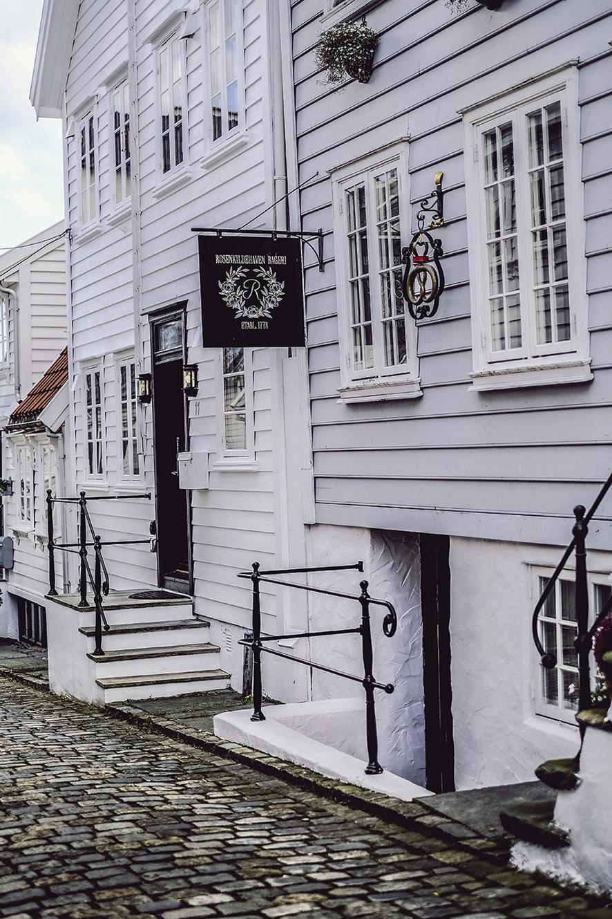 Kringlen på fasaden er over hundre år og stammer fra et bakeri på Majorstua i Oslo. Bakere var beskyttet av kongen, noe som forklarer kronen over kringlen.