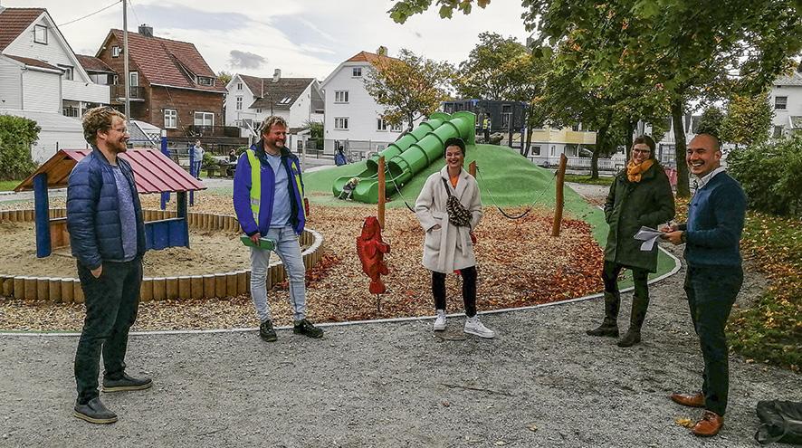 De møttes på den nyrenoverte lekeplassen i Lysefjordgata og var enige om at barna trenger flere trygge, grønne områder. Fra venstre Håkon Minnesjord Solheim, Rolf Østefjells, Katrine Lilleland, Hanne Polden Sæverud og Federico Juárez Perales.