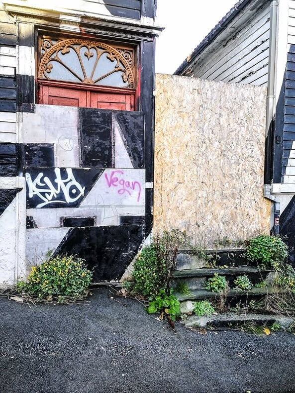– Graffitiene på fasadene gjør alt enda verre. Rundt de tomme husene finner vi mye skitt, brukte kanyler og det hender at folk bruker området som om det var et toalett, sier Patricio Portell.
