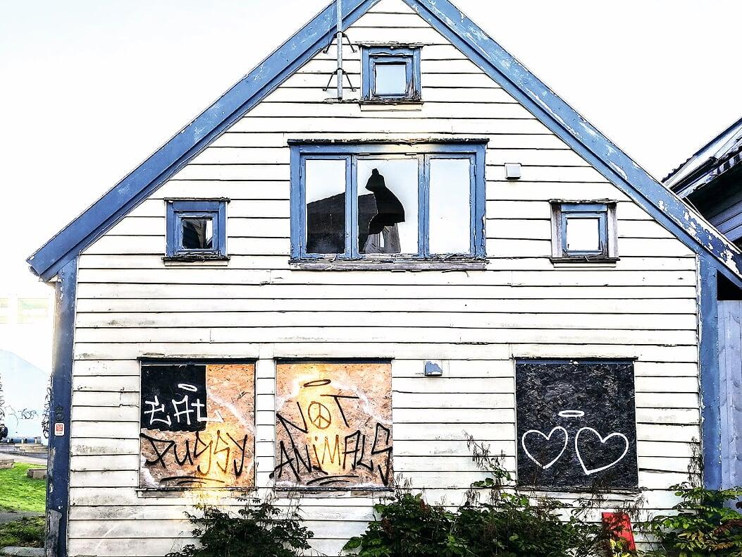Alle vet at disse husene har stått til forfall i svært mange år. Det som er mindre kjent er hvordan dette påvirker nabolaget med kriminalitet og eiendommer som synker i verdi, sier Federico Juarez Perales.