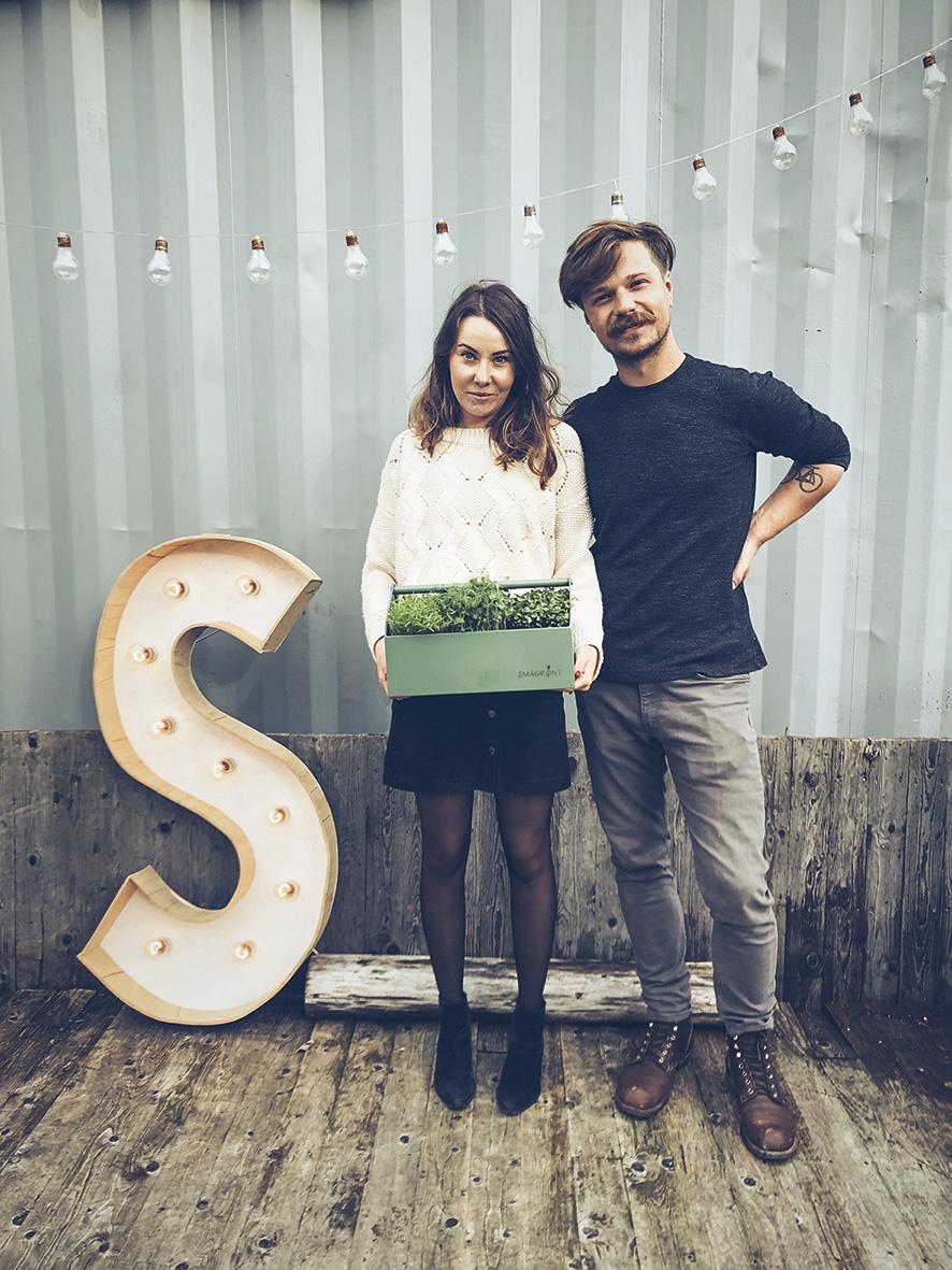 Kamil Slowik og Barbara Slowik viser stolt frem produktene. Foto: Kamil Slowik