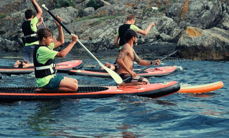 Øvelser på Stand-Up-Paddleboard (SUP) ved Emmausstranda. Erlend Ruud-Larsen, Aslak W. Friestad og Mattias Fagerland. Foran til høyre instruktør Migel Angel Sanches Origel fra Myggen Surf School.
