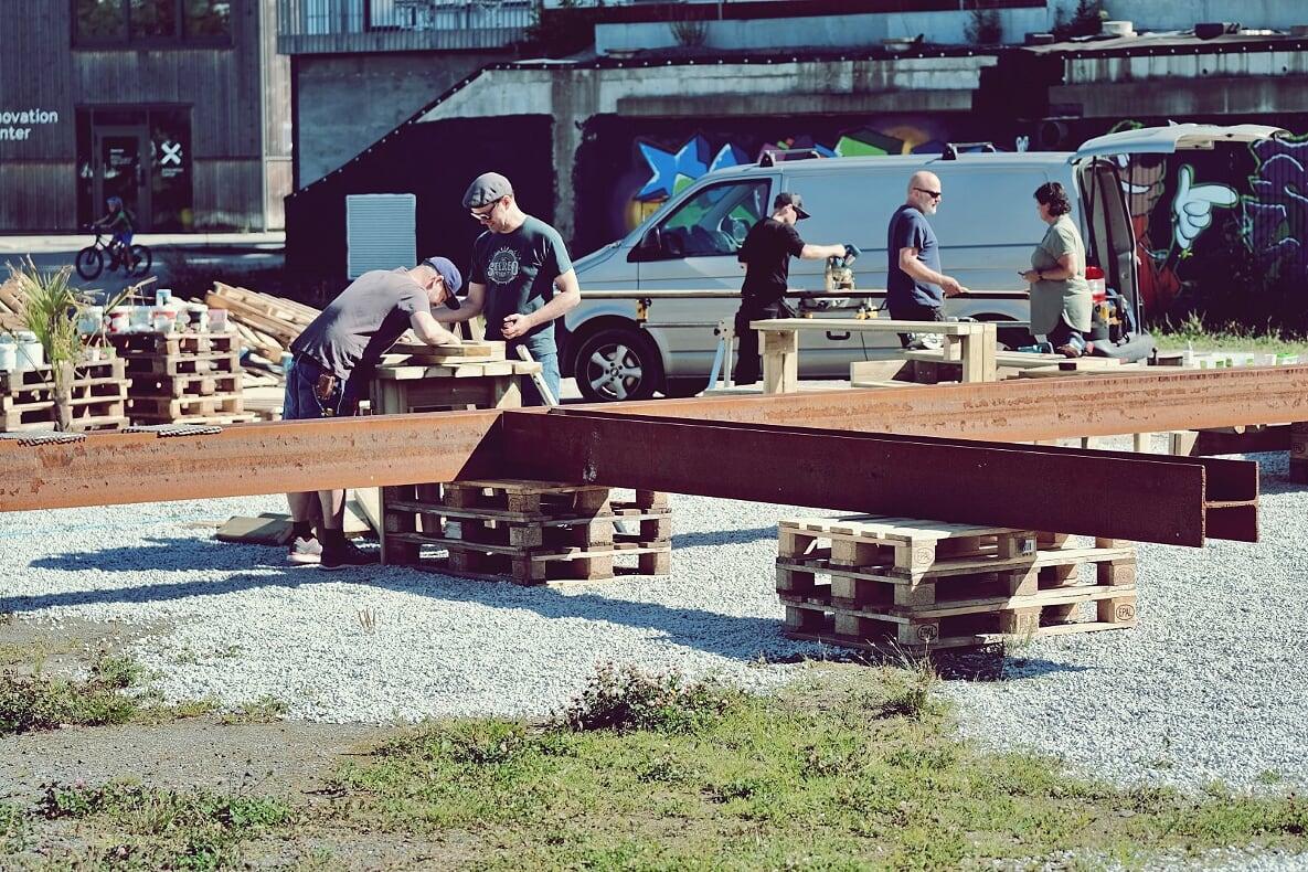 Bygging av en 15 meter lang grill på ventetomten ved Tou, et initiativ av Ketil Dybvig med støtte fra bl.a. Prosjektil og Nordic Steel.